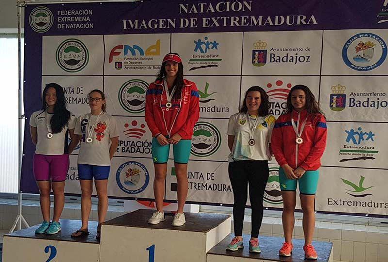dfec26bc3a78 La villanovense Estela González se cuelga once medallas de oro en el Open de  Extremadura de Natación